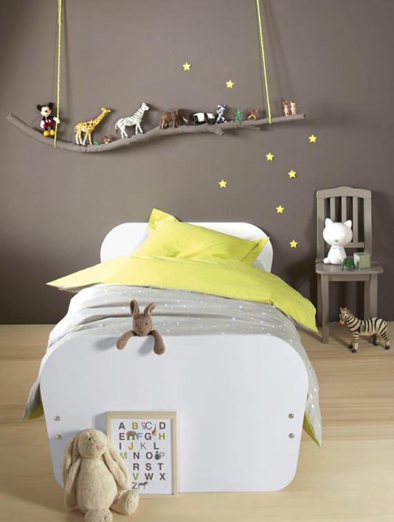 wunderschöne kinderzimmergestaltung mit wandfarbe grau, gelben sternen, diy hängeragal aus zweig und moderner kinderbettwäsche gelb und grau