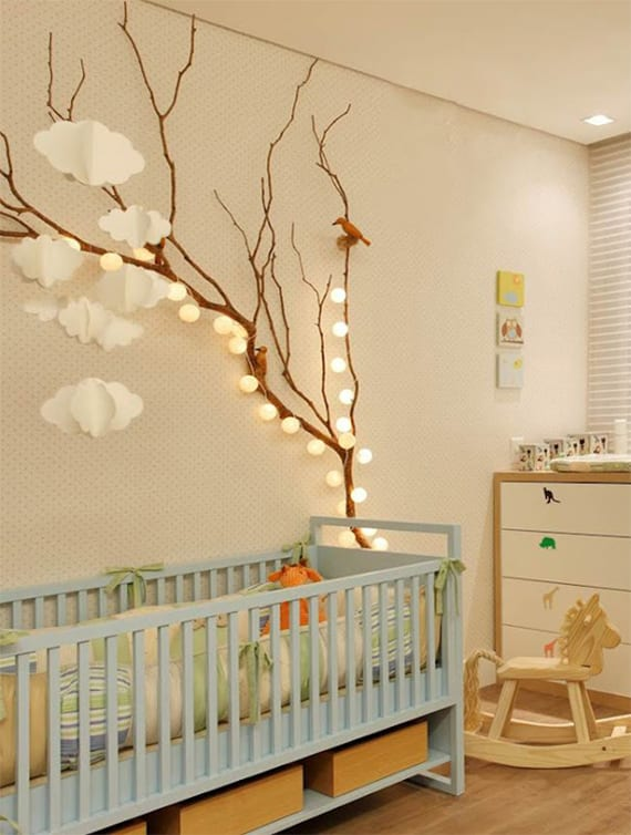 babyzimmer gestalten mit gitterbett blau, diy zweig-babymobile mit wolken aus papier und lichterkette mit weißen kugeln