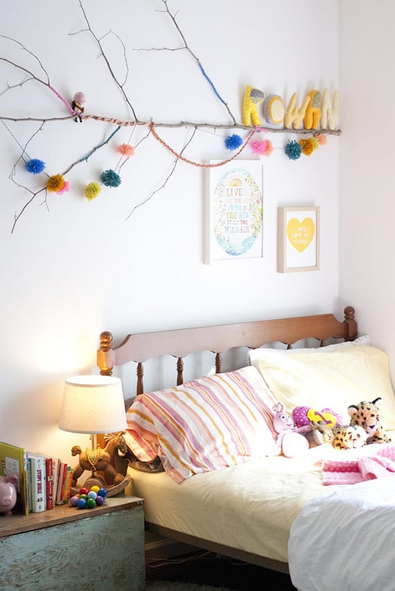 diy Wanddeko fürs kinderzimmer mit zweig und diy Pompons aus Garn