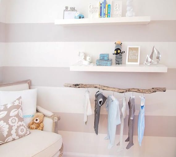 babyzimmer gestalten mit wandstrich in weißen und grauen streifen, weißen wandregalen und DIY Holz-kleiderstange für babykleider