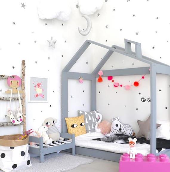 tolle kinderzimmergestaltung mit grauem Holzbett in hausform, diy holzleiter, grauen sternen als wanddeko und hängenden wolken