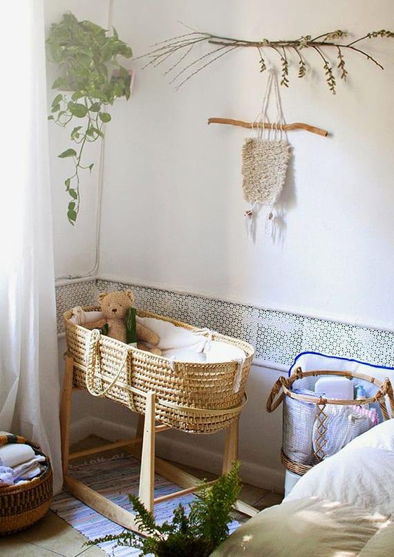 babyzimmer kreativ gestalten mit wanddeko aus zweigen, weidenkorb-babybett und pflanzen