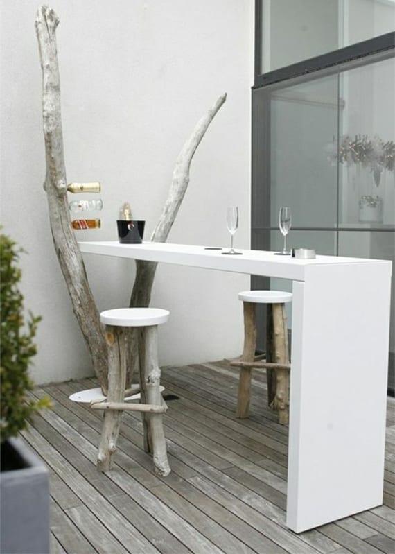 terrasse modern gestalten und einrichten mit weißer Bartheke und diy barhockern rund