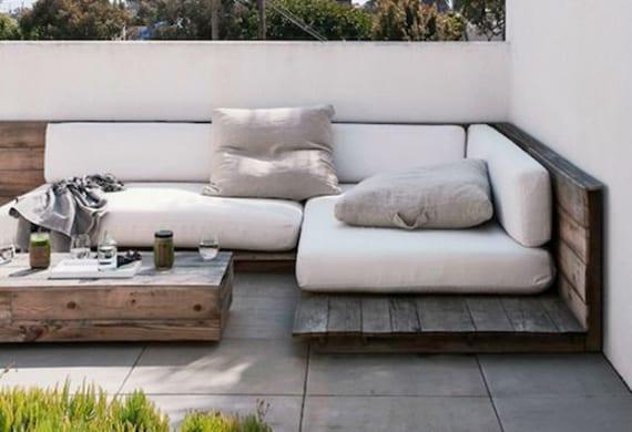 terrasse modern einrichten mit diy ecksofa aus paletten und diy kaffeetisch aus holz