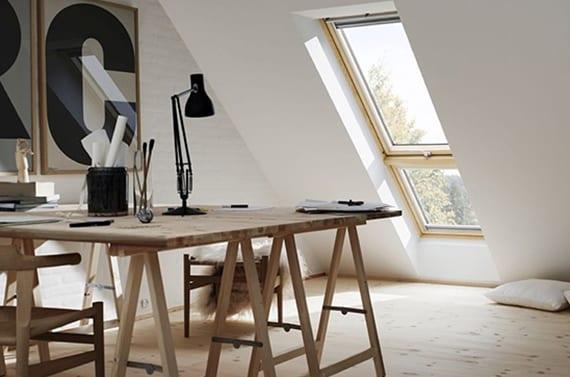 Moderne Dachwohnung Einrichten Mit Holzbodenbelag, Arbeitstisch Aus Holz  Mit Holzstühlen Und Großen Buchstaben In Holzbilderrahmen