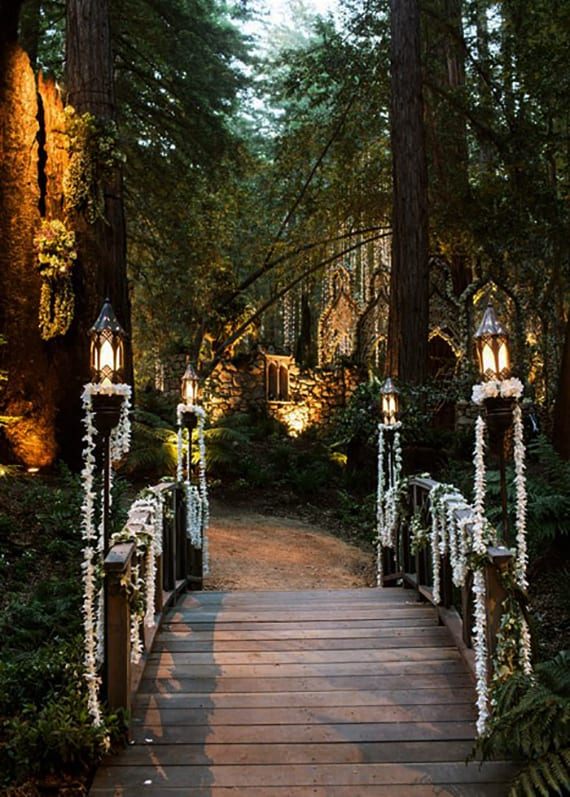 den Weg zum Altar im Wald mit Licht und Blumen dekorieren