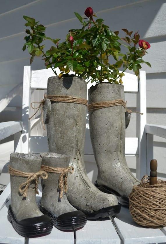 garten originell dekorieren mit Betonstiefeln als blumentöpfen und vasen