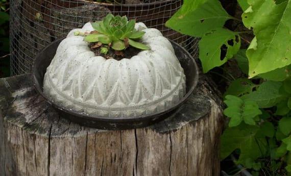 coole bastelidee für DIY Beton-Pflanzenhalter in Kuchenform