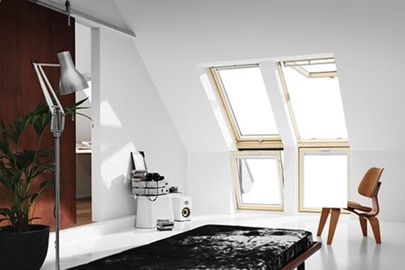 dachwohnung mit modernemRaumdesign in schwarz und weiß gestalten durch holzdachfenster, weißem bodenbelag, und holzschiebetür