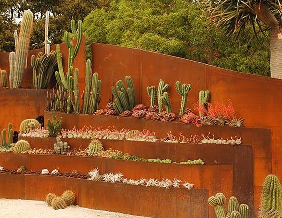 coole idee für DIY steingarten mit fettpflanzen und kakteen in pflanzenkübeln aus stahl