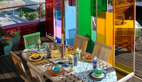zaun und mauer im garten in einen lebendigen akzent verwandeln sichtschutzwand aus farbgl sern. Black Bedroom Furniture Sets. Home Design Ideas