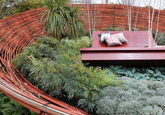 coole gartenidee für gemütliche sitzecke mit vielem Grün in großem nest aus holz