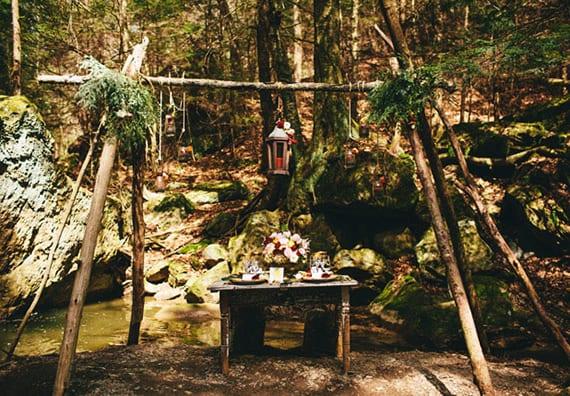 coole ideen für einfachen Traualtar im Wald