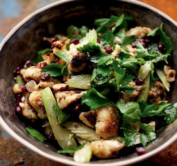 beste rezepte mit blumenkohl_salat mit gerösteten Blumenkohlröschen, Sellarie, Granatapfel und Nüssen