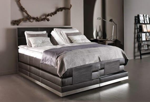 schlafzimmer ideen für moderne einrichtung mit hochwertigem boxspringbett aus schwarzem leder