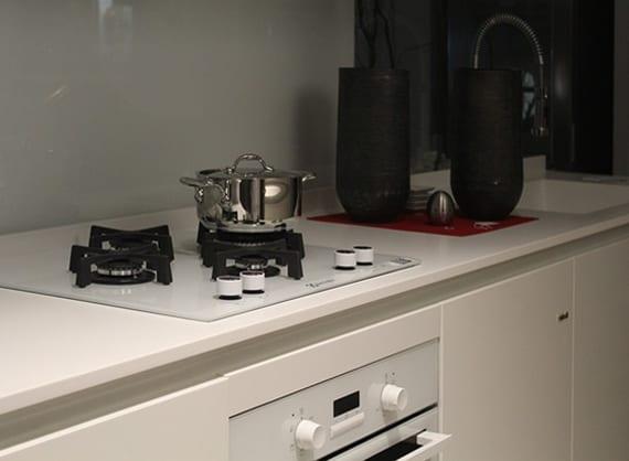 kleine küche weiß mit moderner Gas-Kochplatte und weißem herd