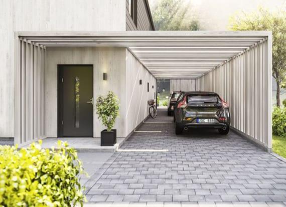 modernes haus mit minimalistischem carport aus weißen holzbrettern