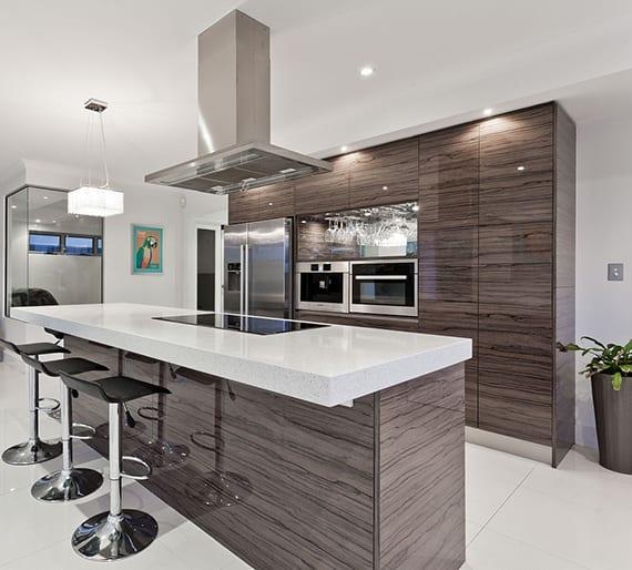 luxuriöse Kücheneinrichtung Einbauküche in Holzoptik mit kochinsel , barhocker und decken-dunstabzug