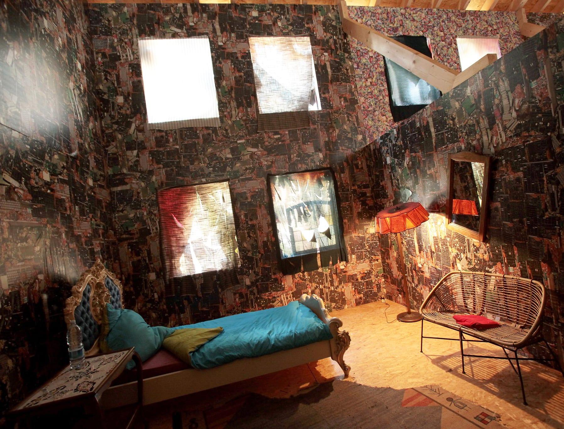 interessantes Hotelzimmer mit einzigartigem Design im müll-hotel vom künstler Schult