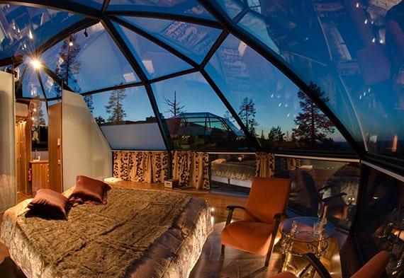 unterkunft in glasiglu mit doppelbett, kleine Sitzecke und toilette unter dem sternhimmel