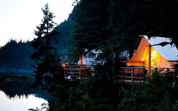 traumurlaub im Resort mit luxuriös eingerichteten Zelten auf Holzpodest mit Blick auf den Fluss