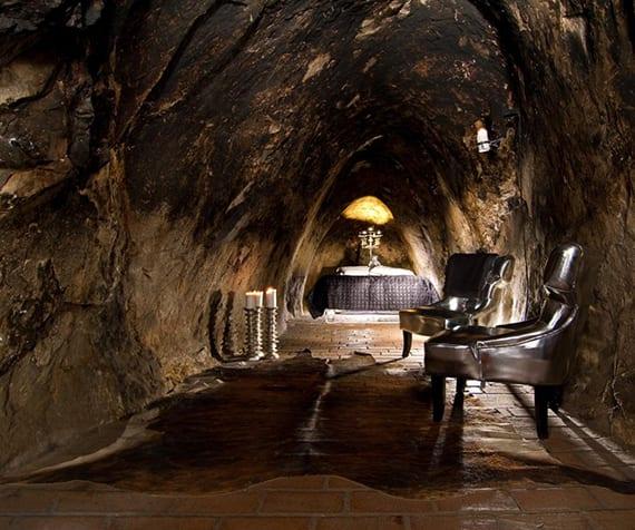 außergewöhnliche unterkuft in Silbermine_unterirdisches Hotelzimmer mit doppelbett, modernen sesseln und Kuhfellteppich