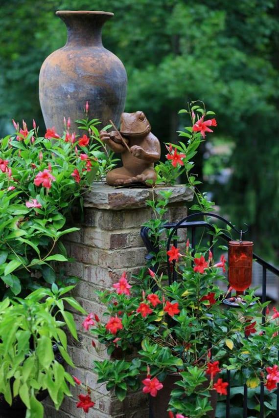 garten bunt und natürlich gestalten mit rot blühenden kletterpflanzen, Amphoren und Gartenfiguren
