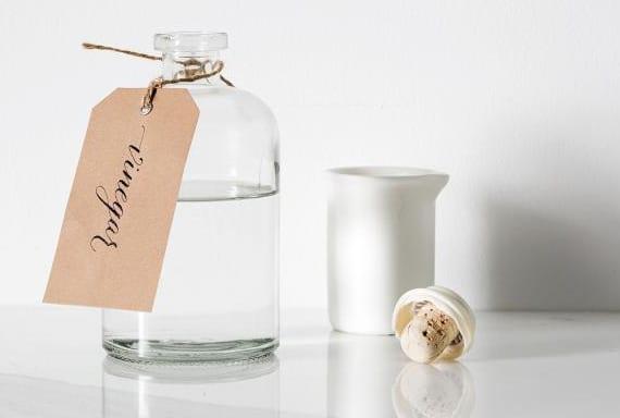selbstgemachtes Bio Reinigungsmitel mit weißem Essig gegen Schimmel im Bad