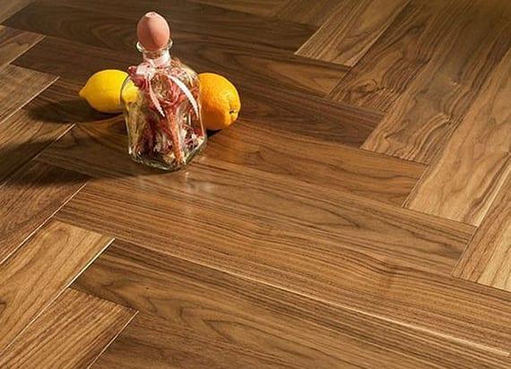 Holzfußbodenbelag reinigen mit DIY Bio Reinigungsmittel aus Zitrone