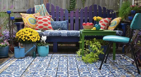 Die Veranda durch einen kreativ gestrichenen Boden bunt gestalten
