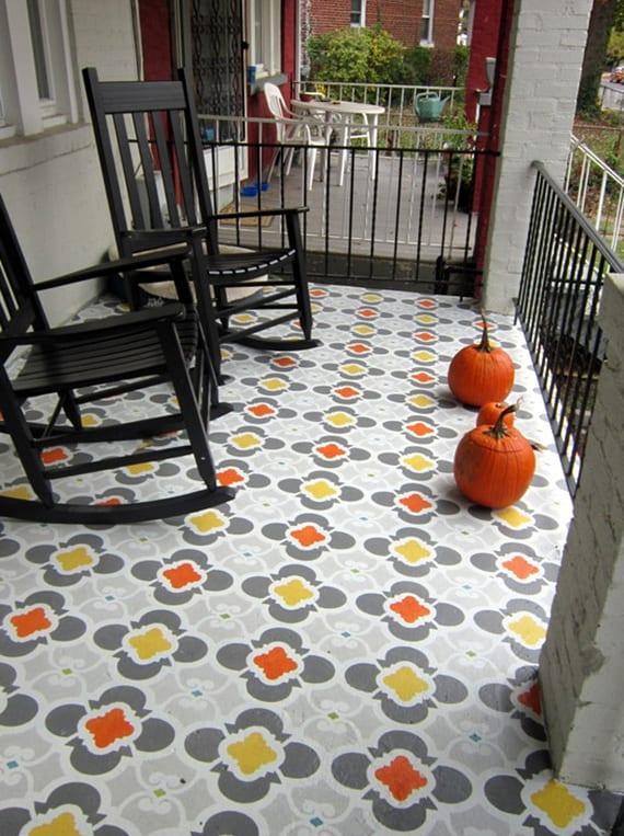 kreative terrassengestaltung und boden-streich-idee mit schablonen und farbe grau, gelb und orange