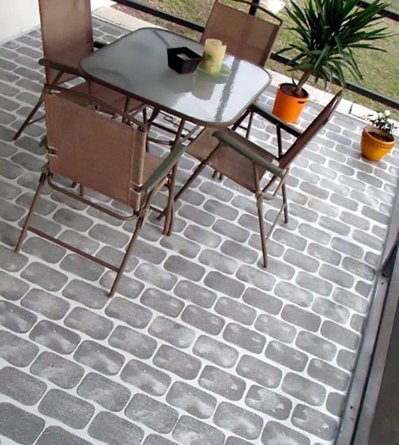 terrasse gestalten mit einem grau gestrichenem Boden mit einem Pflastermuster