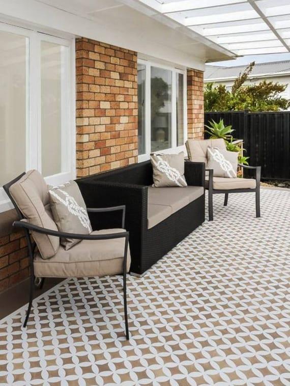 überdachte amerikanische Terrasse gestalten mit wandschablonen in braun und weiß