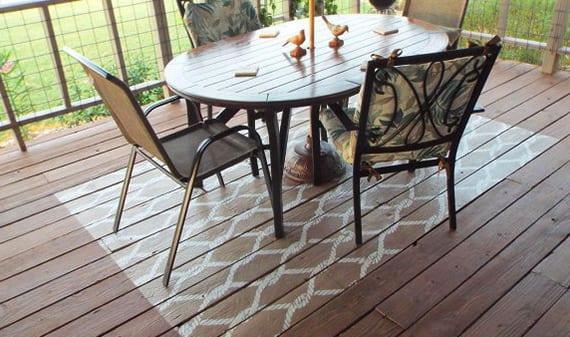 überdachte holzterrasse originell gestalten mit einem Teppich-Streich-Idee in weiß