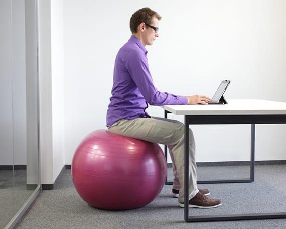 home office einrichten mit sitzball anstatt mit bürostuhl