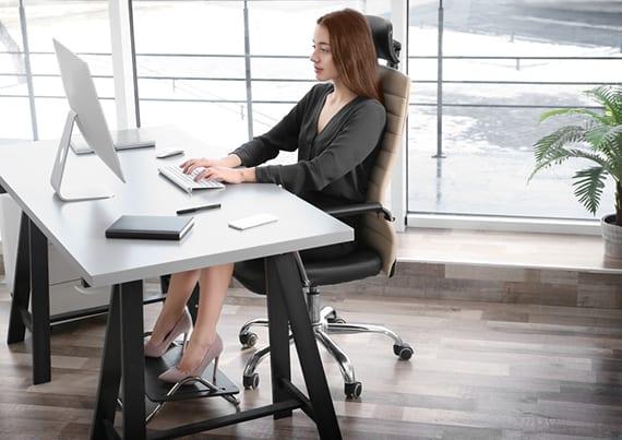 modernes home office interior gestalten mit ergonomischem Bürostuhl aus leder, modernem DIY Schreibtisch und fußstütze
