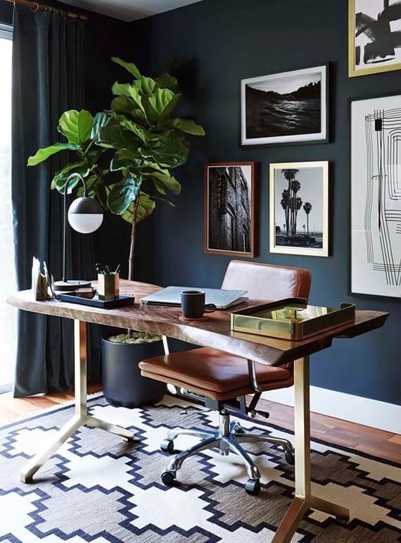 designer office at home selber einrichten mit modernem schreibtisch aus massivholz, schwarzen wänden und gardinen, lederstuhl braun, moderner tischlampe schwarz und wanddeko mit schwarzweißen fotos