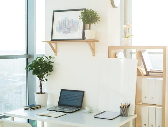tipps für effiziente und moderne Home Office Einrichtung mit weißem schreibtisch, Holzwandregal und Holzbücherregal Ikea