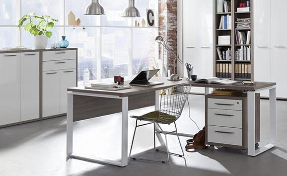 modernes office design mit weißen büromöbeln, eckschreibtisch holz und weiß, vinatge-pendellampen und glasfassade