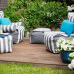 tolle gartenideen für tolle garteneinrichtung mit modernen Polstersesseln in blau und weiß, blauen dekokissen und weißen Blumen auf holzterrasse