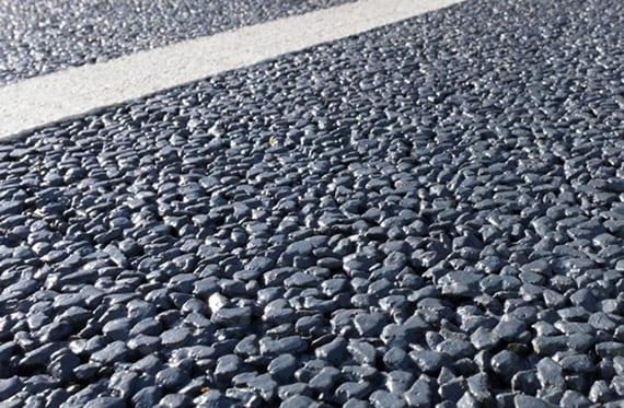 der innovative Straßenbelag besteht aus groben Splittern und Beton