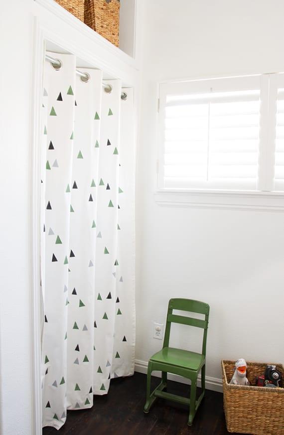 coole raumgestaltung mit weißem vorhang_tolle Idee für kleine Stauräume ohne tür