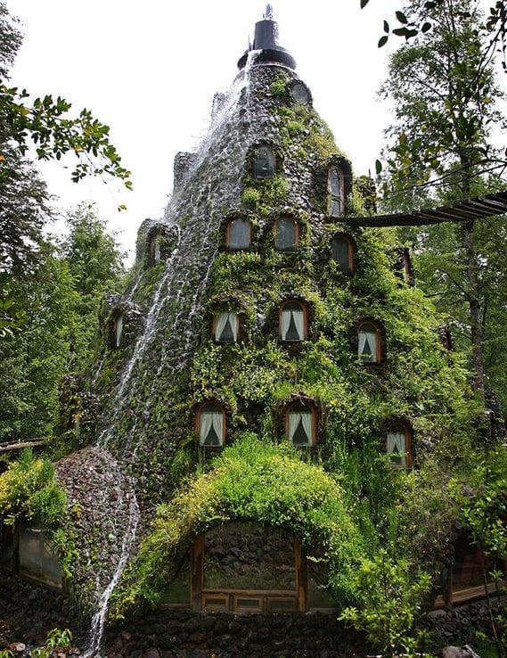 spannende Ferienreise nach chile ud spannende Übernachtung im volkanförmigen Hotel mit wasserfall und seilbrücke