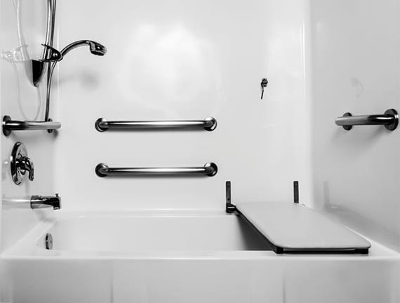 kleine Duschbadewanne mit Haltegriffen und Duschsitz für barrierfreis duschen und baden in einem altersgerechten Bad