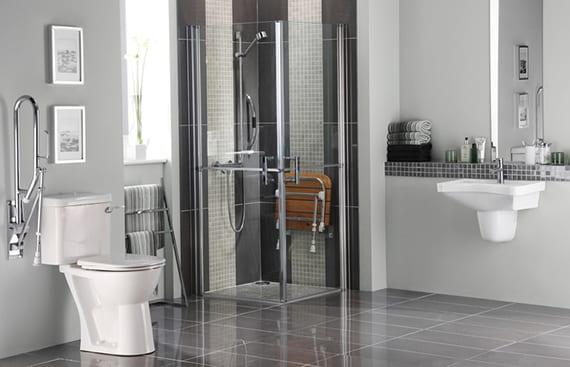 barrierfreies Bad modern einrichten mit ausklappbarem Duschsitz aus Holz, hochklappbarer Stützhilfe für WC_farbgestaltung bad in hell- und dunkelgrau
