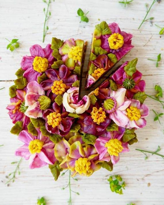 rohvegane Torten mit verblüffender Blumendeko für Geburtstag und Hochzeit