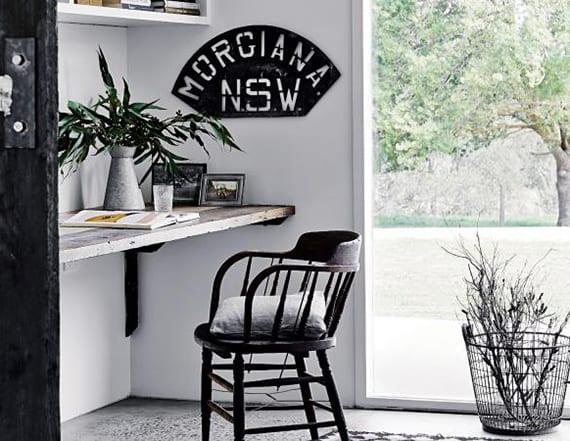 toole home office inspiration für kleines Heimbüro mit DIY schreibtisch aus holz, schwarzen holzstul, und rustikale Bürodeko