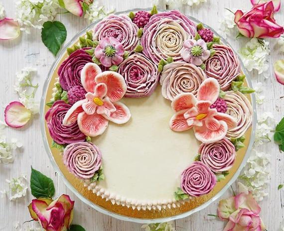 eine Traum-Hochzeitstorte mit veganer Tortendeko aus rosa und lilafarbigen Blumen