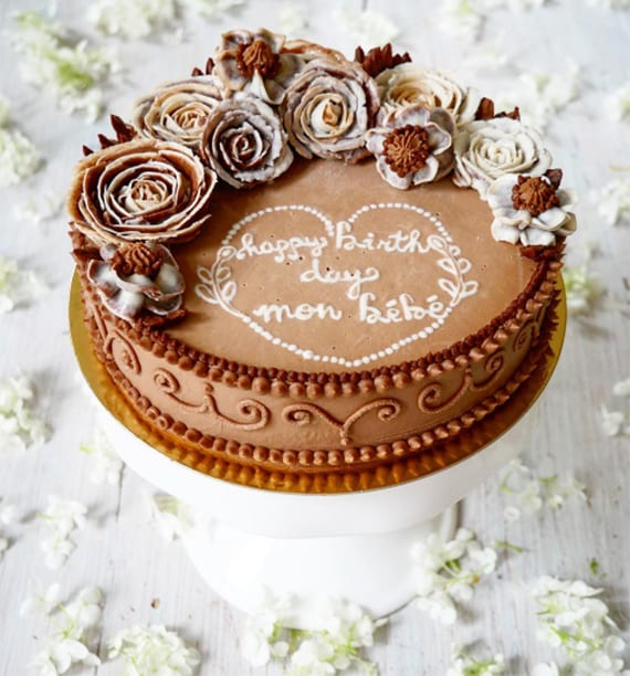 Ferrero Rocher Torte_veganer geburtstagskuchen mit schokolade, nasselnüssen und essbaren Rosen