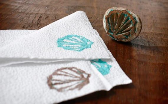 servietten falten und bedrucken mit DIY stempel_coole tischdeko idee mit weißen papierservietten